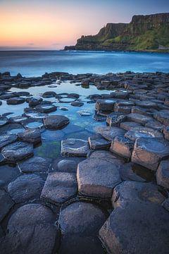Ierland Giant's Causeway kust in het avondlicht van Jean Claude Castor