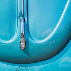 L'avant d'une Volkswagen Beetle bleue historique. sur Harrie Muis
