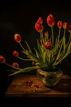 Nature morte avec des tulipes mortes sur Alie Ekkelenkamp