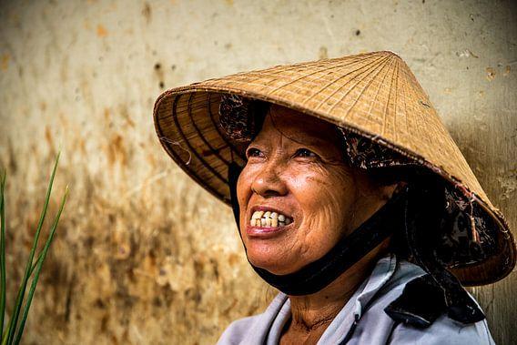 Portret van een oude vrouw in Vietnam van Manon Ruitenberg