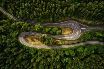 Bochtige weg door het Zwarte Woud van Capture ME Drohnenfotografie