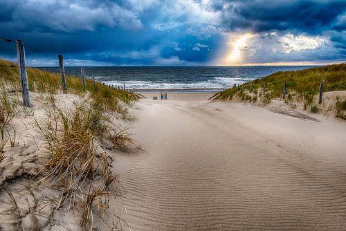 Strandovergang tijdens een stormachtige dag in April deel 2