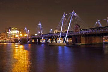 Bridge à Londres (Royaume-Uni) la nuit sur Nisangha Masselink