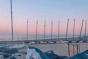 Eine Reihe von Segelbooten am Strand von Ostende bei Sonnenuntergang. von Daan Duvillier