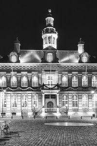 Stadhuis van Roermond in de avond van