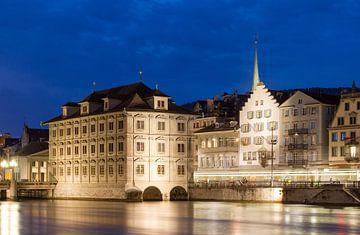 Zurich stadhuis aan de rivier in de avond van Dennis van de Water