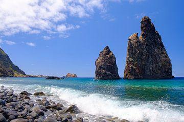 Golven op het rots strand aan de noordkust van het eiland Madeira raken van Sjoerd van der Wal
