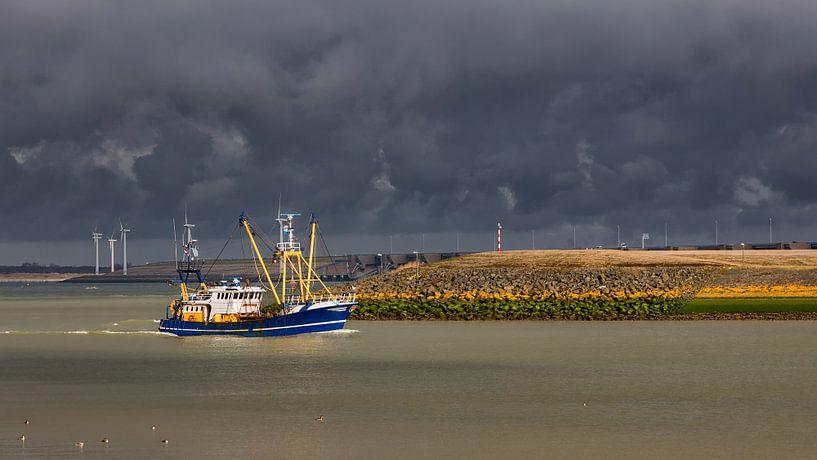 Onder een dreigende lucht op weg naar de haven van Bram van Broekhoven