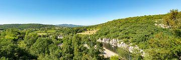 Uitzicht op de rivier de Ardèche in het zuiden van Frankrijk in het departement Ardèche 2. van PhotoArt Thomas Klee