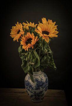 Stilleven Zonnebloemen in een Delfts blauwe vaas