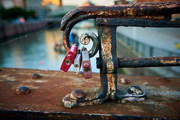 Hangsloten aan een brugleuning in Speicherstadt , Hamburg van Jenco van Zalk