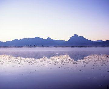 De Allgäuer Alpen worden weerspiegeld in de Hopfensee, Allgäu, Beieren, Duitsland. van Markus Lange