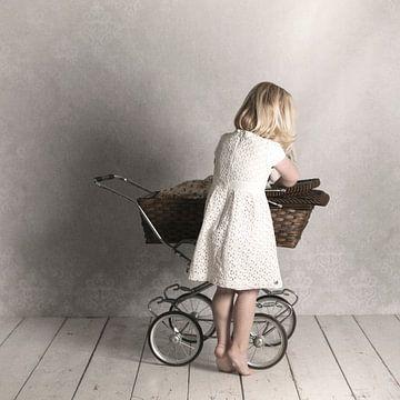 Meisje met kinderwagen sur Renate van der Heijden