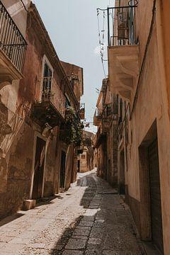 Die stimmungsvollen Straßen von Ragusa, Sizilien Italien von Manon Visser
