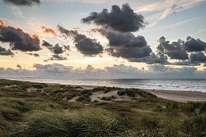 Uitzicht over de Noordzee vanaf een Schevenings duin. van