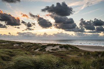 Uitzicht over de Noordzee vanaf een Schevenings duin. van MICHEL WETTSTEIN