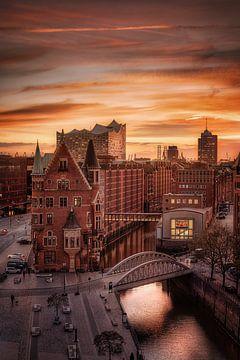 Hamburg Speicherstadt mit Elbphilharmonie im Sonnenuntergang. von Fine Art Fotografie