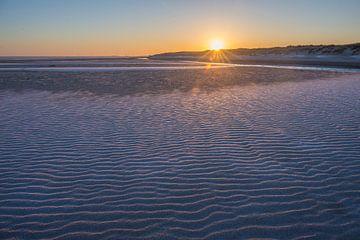 Zonsopkomst aan een winters strand van Marcel Klootwijk