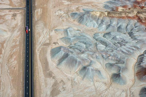 Een truck rijdt langs Badlands in de Painted Desert, Arizona, USA