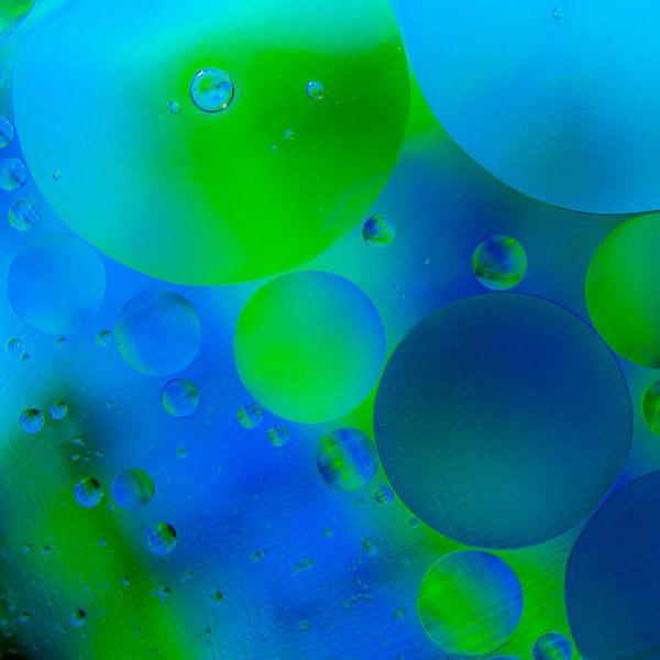 blauw en groen in druppels olie van Marjolijn van den Berg