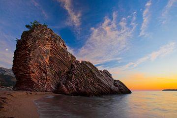 Nachtlandschap (zonsondergang), een donkerblauw nest met sterren, een rode streep bij de dageraad en van Michael Semenov