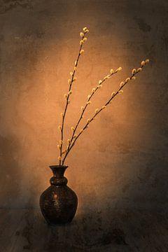 Eine braune Vase mit Kätzchen von Danny den Breejen