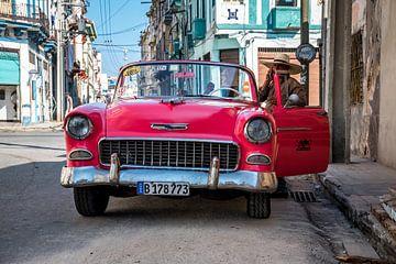 Cuba roze oldtimer van Manon Ruitenberg