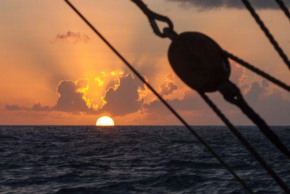 Zonsondergang op zee