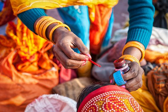 Bewerkte weergave van indiase vrouw die het derde oog aanbrengt bij vriendin. Wout Kok One2expose