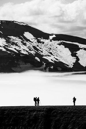Silhouette van mensen in de bergen en sneeuw | IJsland van Photolovers reisfotografie