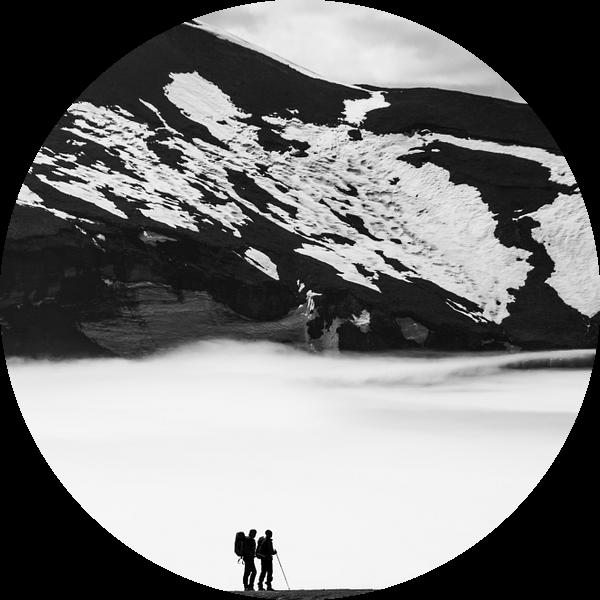 Silhouette van mensen in de bergen en sneeuw   IJsland van Photolovers reisfotografie