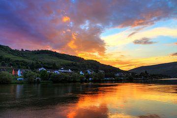 Kleurrijke zonsondergang aan de Moezel von Dennis van de Water