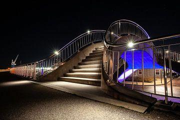 Travaux publics illuminés futuristes avec escaliers, chemin piétonnier et viaduc de train sur Fotografiecor .nl