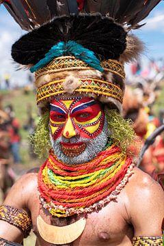 Ein Mann von einem lokalen Stamm in Papua-Neuguinea von Milene van Arendonk