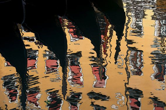Venezianische Gondeln spiegeln sich im Wasser