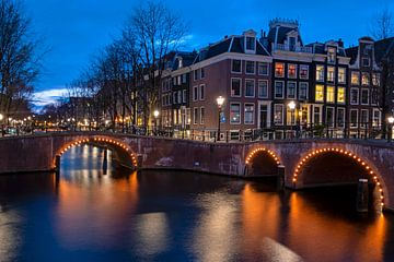 Les canaux d'Amsterdam de nuit aux Pays-Bas sur Nisangha Masselink