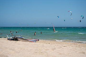 surfers en kiters in de zee bij Tarifa, Spanje. van Monique van Helden