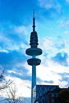 Radiotorens in het avondlicht van Norbert Sülzner