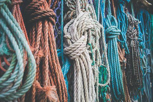 Close-up van maritiem oud gekleurde touwen