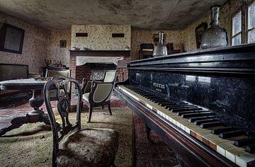 Klavierflügel in einem verlassenen Haus von Inge van den Brande