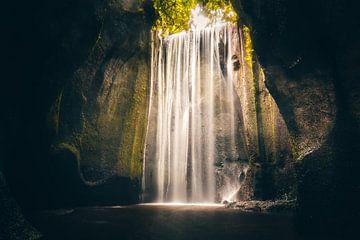 brede waterval in een kloof of grot van Fotos by Jan Wehnert