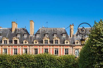 Blick auf den Place des Vosges in Paris, Frankreich sur Rico Ködder