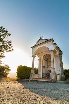 Kleine kapel in Italiaans dorp. van Aukelien Minnema