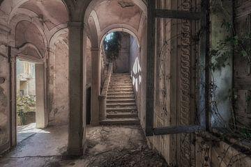 Treppenhaus in einer verlassenen Villa von Maikel Brands