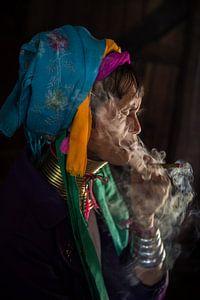 Alte Frau raucht traditionelle Stumpen Zigarre vor ihrem Haus in Baghan in Myanmar