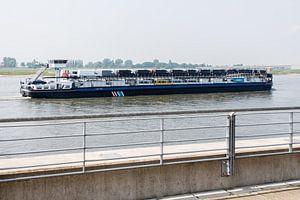 Vrachtschip met auto's op de Rijn