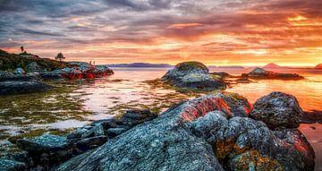 coucher de soleil orange dans une baie d'un fjord sur Mathieu van den Berk