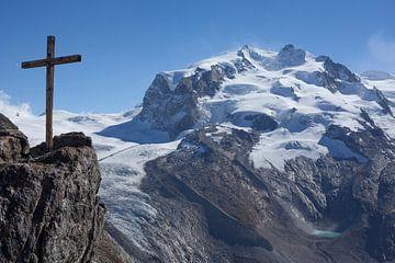 Monte Rosa met houten kruis, uitzicht vanaf Gornergrat, Zermatt, Zwitserland van Torsten Krüger
