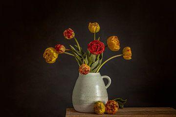 Pioen tulpen op vaas