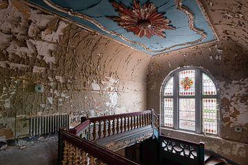 Villa abandonnée avec vitraux. sur Roman Robroek